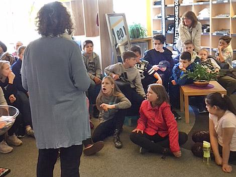Die Buchhändlerin spricht zu den Kindern. Foto: Claudia Freese