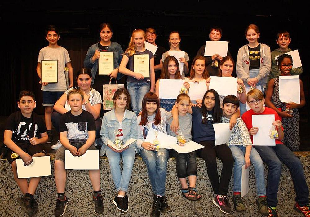 Mit ihren Urkunden finden sich die PreisträgerInnen zu einem Gruppenfoto zusammen.