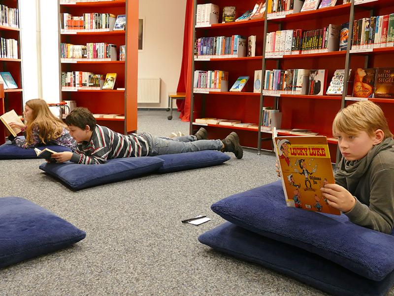 Jessica, Niklas und Finn im Jugendbuchbereich