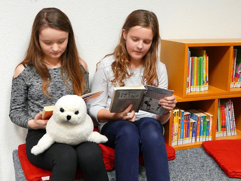 Marta und Laura bei der Lektüre.