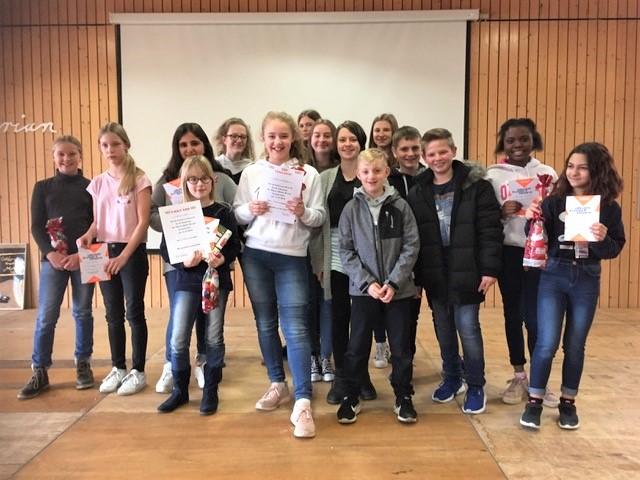 Die Vorleserinnen im Kreis ihrer SchülerInnen-Jury