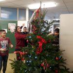 MSM: SchülerInnen schmücken den Baum.