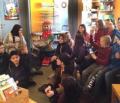 Welttag des Buches - die Fünfer der MSM beim Unterrichtsgang, Foto: Claudia Freese