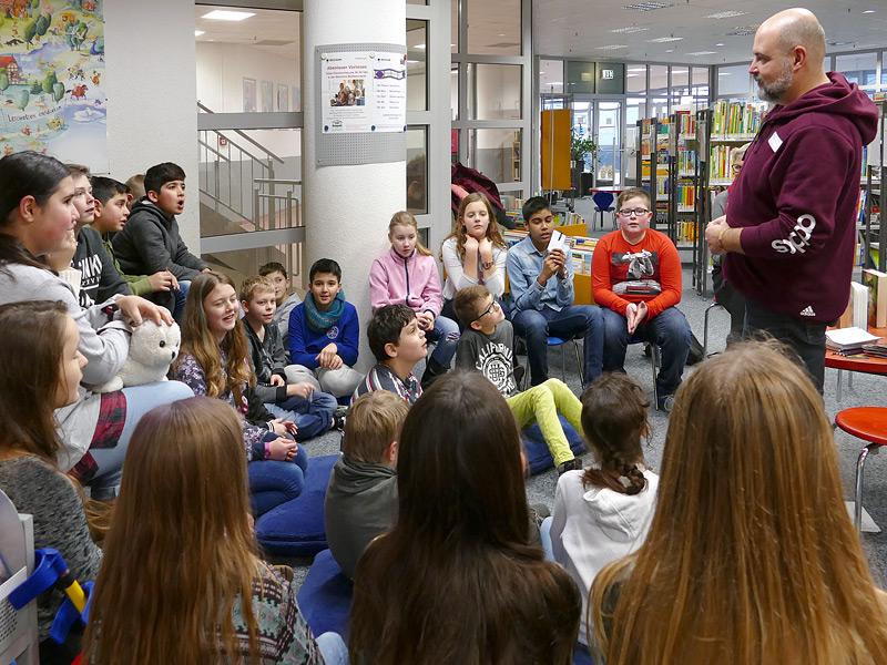 Der Leiter der Bibliothek, Dirk Plewka, gibt eine Einführung.